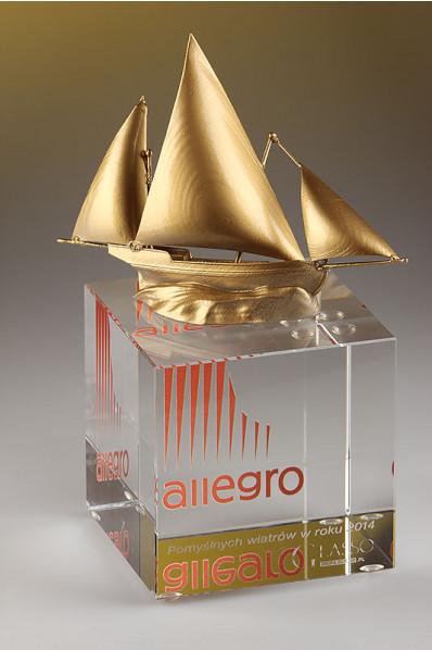 Segelboot auf einem Kristallwürfel