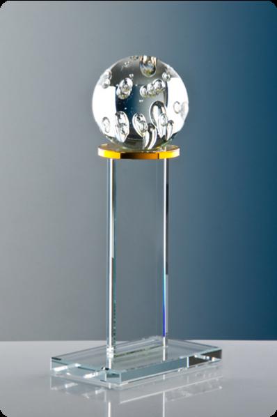 Glasplakette mit Metallkugel